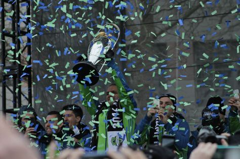 1280px-osvaldo_alonso_lifting_the_mls_cup_at_sounders_rally